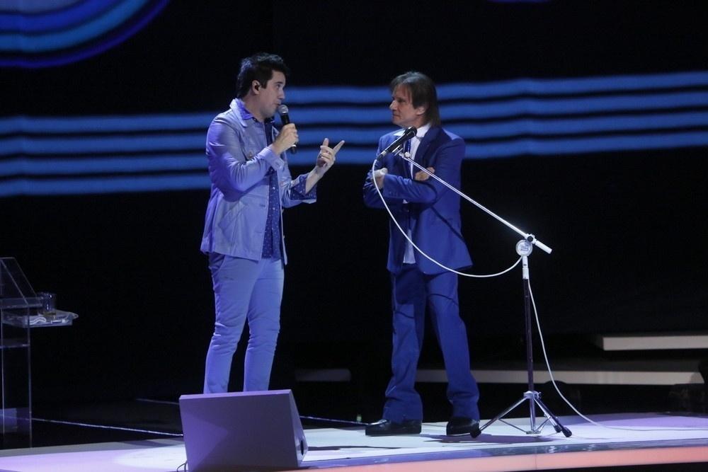 7.nov.2015 - Roberto Carlos recebe Rogério Flausino, do Jota Quest, durante as gravações de seu epecial no Teatro Municipal, no Rio de Janeiro