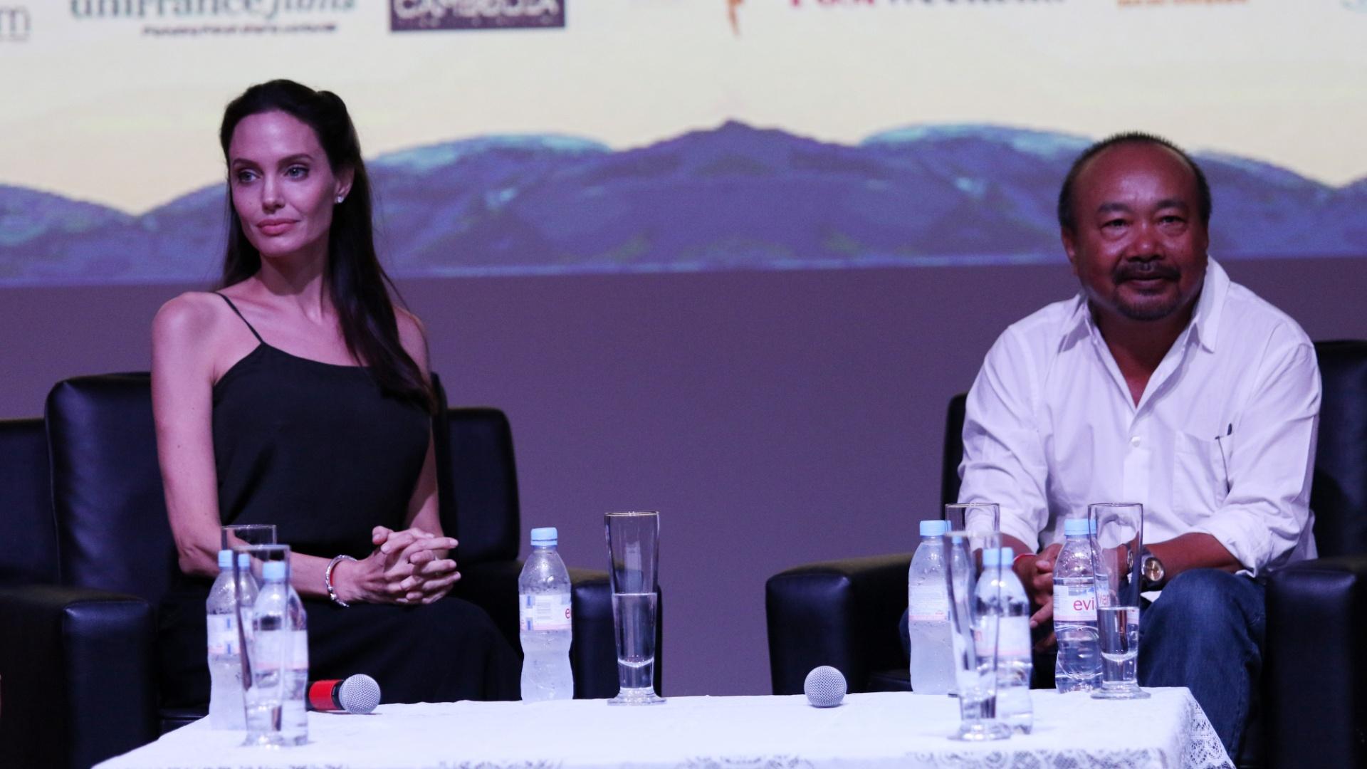 5.dez.2015 - A atriz e cineasta Angelina Jolie participa de debate com jovens cineastas locais durante o Festival Internacional de Cinema do Camboja