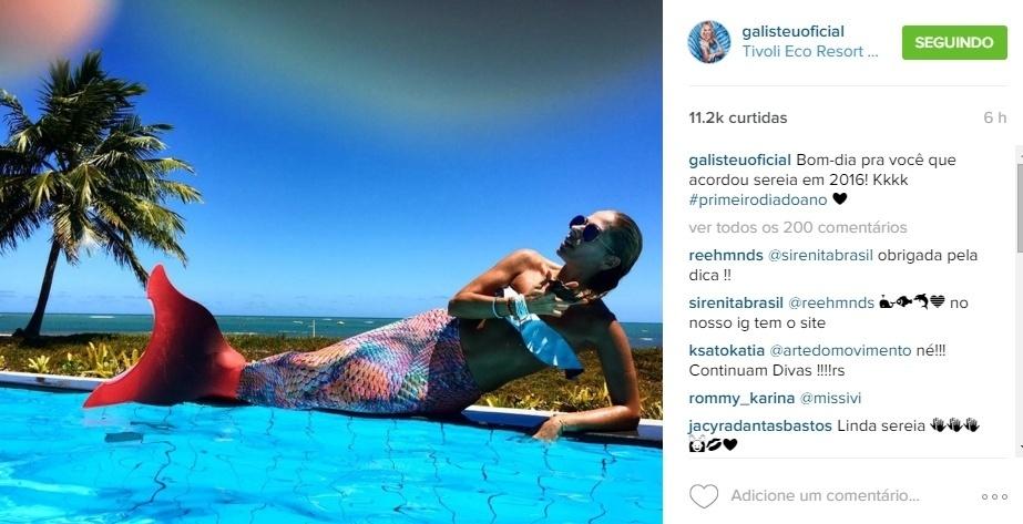 1.jan.2016 - Adriane Galisteu bancou a sereia no primeiro dia de 2016 à beira da piscina de um hotel na Praia do Forte, na Bahia.