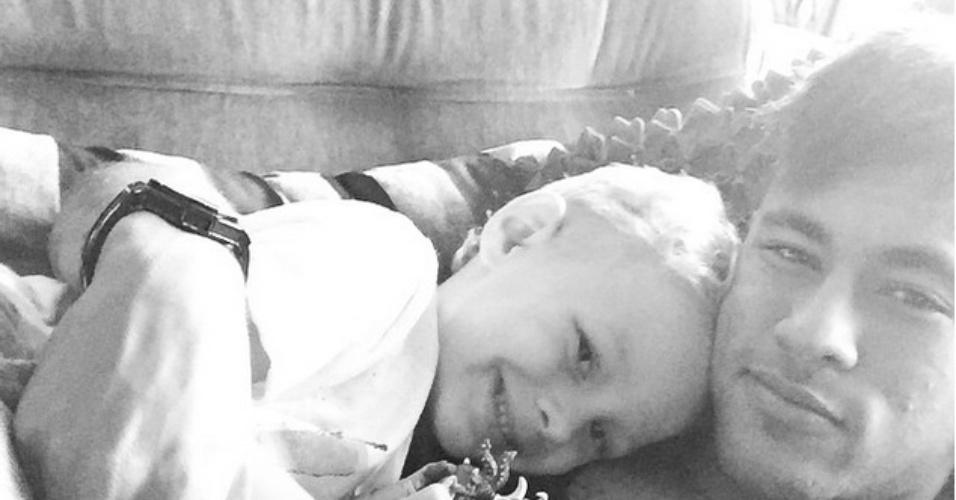 Neymar posta foto abraçado ao filho David Lucca em sua conta do Instagram. Na imagem em preto e branco, o pequeno aparece sorrindo para foto