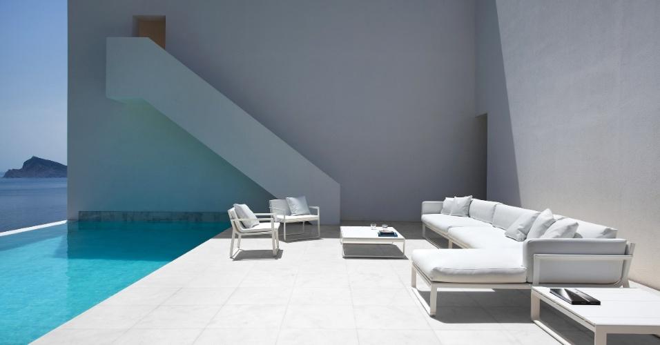 Na área externa, os sofás modulares, as mesas de apoio e as cadeiras Flat têm design assinado pelo designer Mario Ruiz (Gandía Blasco) e o piso leva placas de mármore branco L'Antic Colonial (Grupo Porcelanosa). O projeto de interiores para a Casa do Penhasco, no litoral espanhol, foi desenvolvido por Alfaro Hofmann