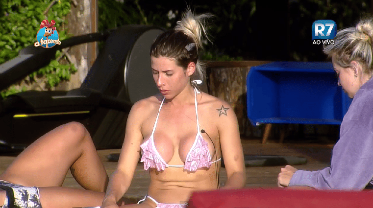 8.out.2015 - Ana Paula toma sol e exibe a tatuagem do ombro esquerdo