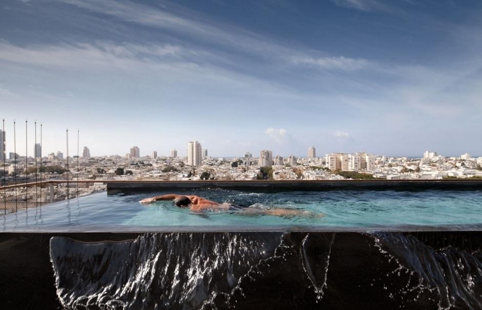 Esta piscina toda em mármore preto tem vista panorâmica para a região norte de Tel Aviv, em Israel. O apartamento com 600 m² abrange um andar inteiro na cobertura de um edifício e tem projeto assinado pelo israelense Pitsou Kedem
