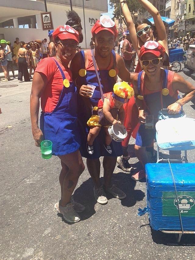Família fantasiada de Mario Bros desfila no bloco Escravos da Mauá, no Rio