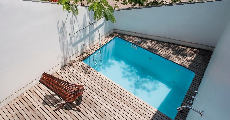 A piscina da Slice House, com 1,2 m de profundidade, está sobre uma laje de concreto com 20 cm de espessura. O tanque é apoiado em apenas três de seus quatro lados. A piscina entra em contato com a porção interna da casa por uma face de vidro estrutural, com 3,5 m de largura, que funciona como uma janela para a sala de estar. A construção em Porto Alegre (RS) tem projeto do escritório Procter-Rihl