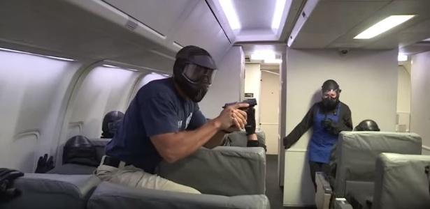 """Os """"air marshals"""" são treinados para atirar no ambiente apertado dos aviões"""