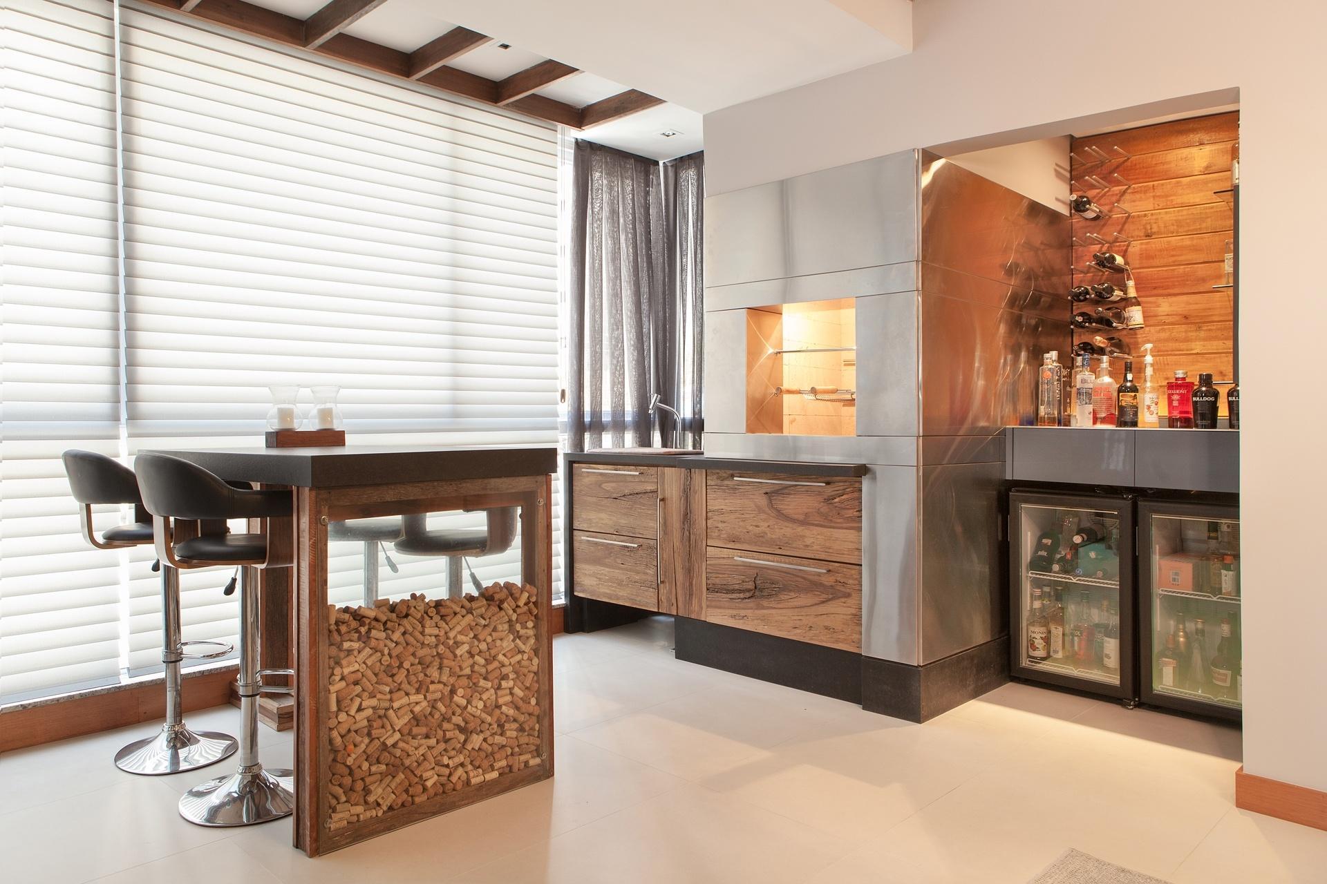 de madeira de demolição acomoda a adega e um pequeno bar. O O #A73824 1920x1280