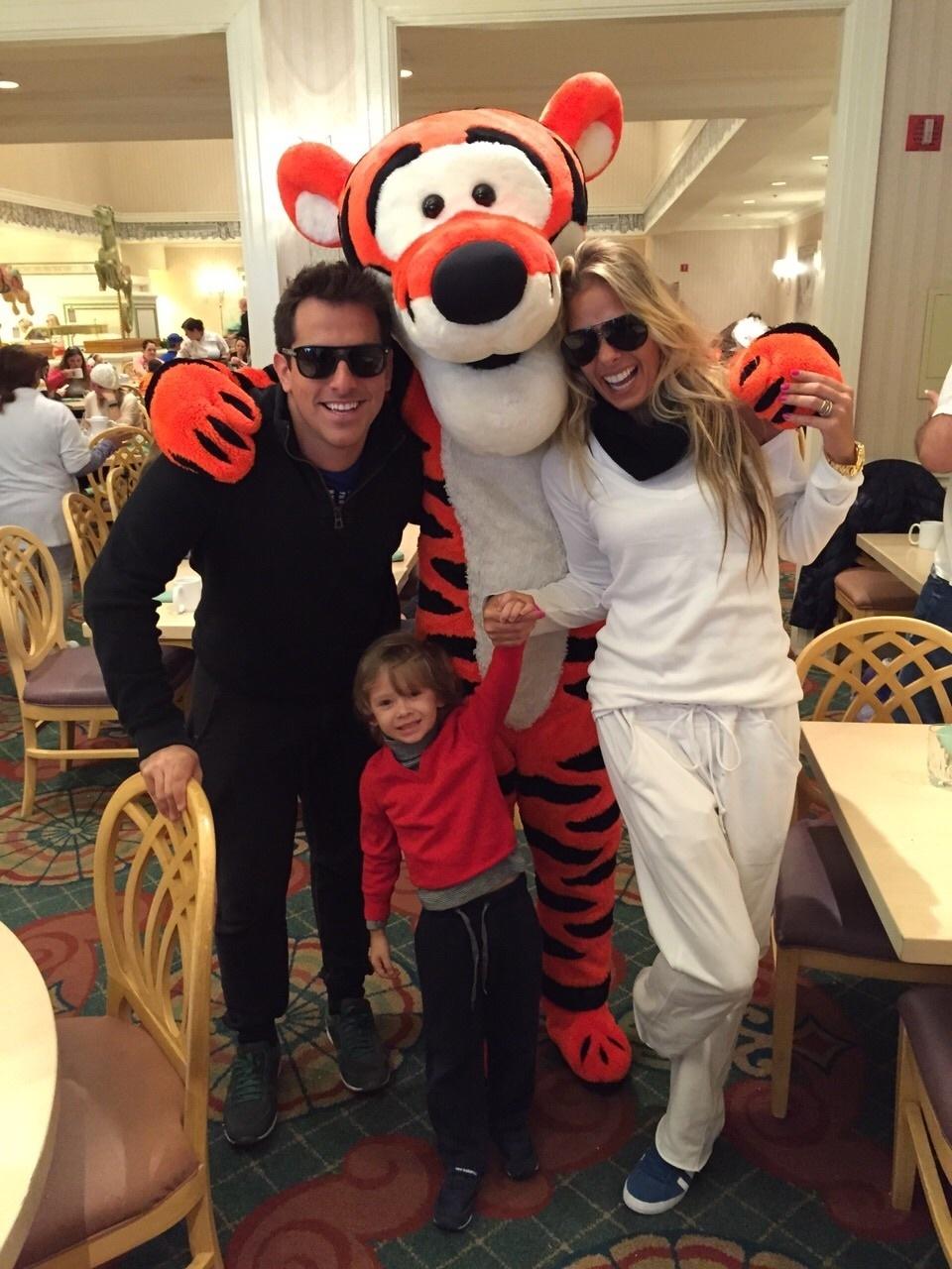 Rodrigo Branco e Adriane Galisteu, com seu filho, tietam Tigrão, da turma do Ursinho Pooh
