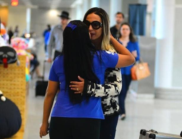 24.jul.2015 - Fã aborda Valesca Popozuda no aeroporto Santos Dumont e quase dá selinho na cantora sem querer