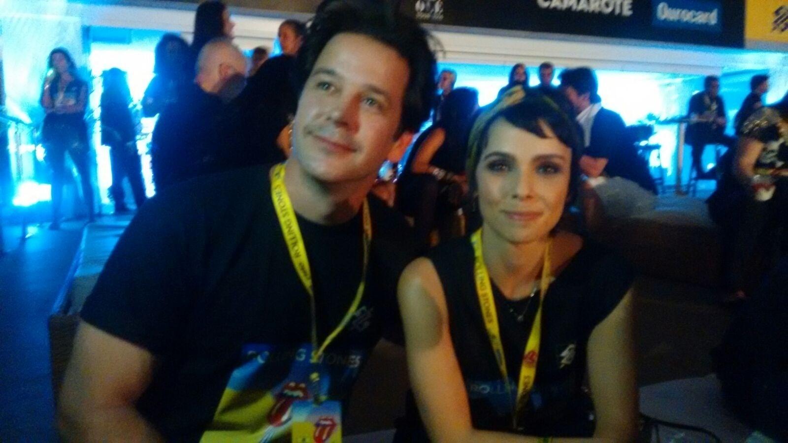 20.fev.2016 - Murilo Benício e Débora Falabella estavam ansiosos para o início do show do Rolling Stones. Os dois também assistiram a apresentação da banda no Reveillon de Copacabana em 2009 também no Rio de Janeiro