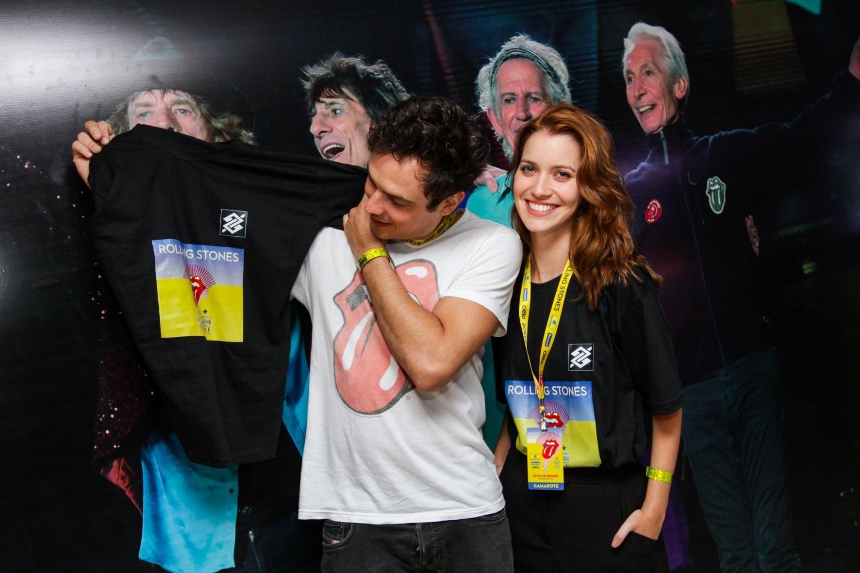 20.fev.2016 - Os atores Nathalia Dill e Sérgio Guize posam abraçadinhos antes do show dos Rolling Stones no Maracanã, no Rio