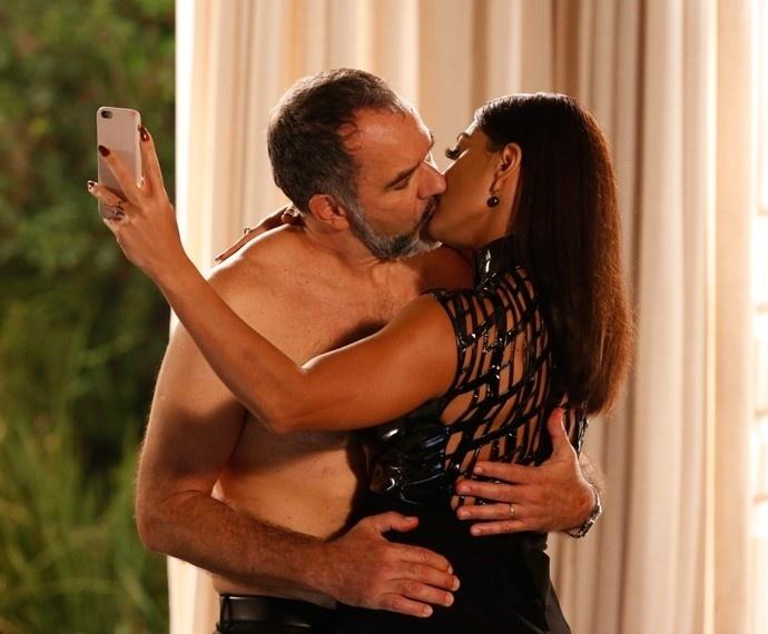 Carolina fotografa o beijo entre ela e Germano