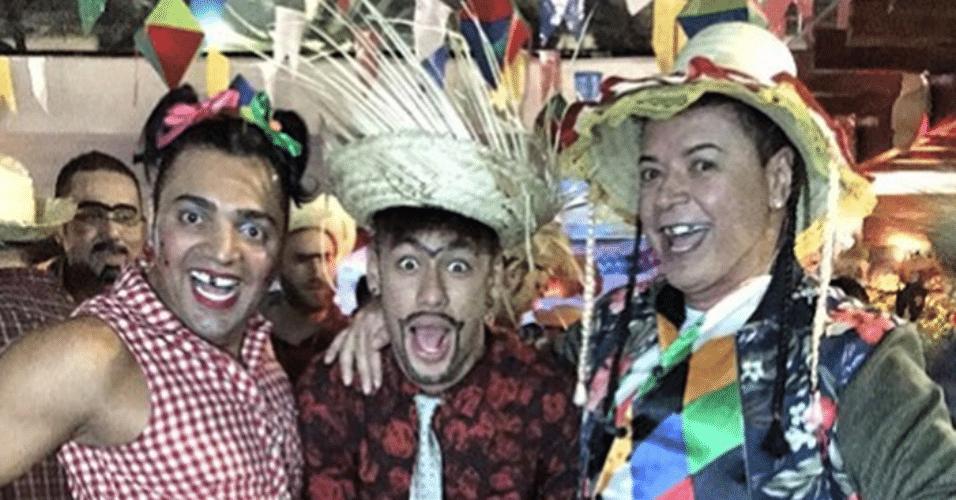 3.jul.2015 - Neymar se diverte entre o humorista Tirulipa e David Brazil no