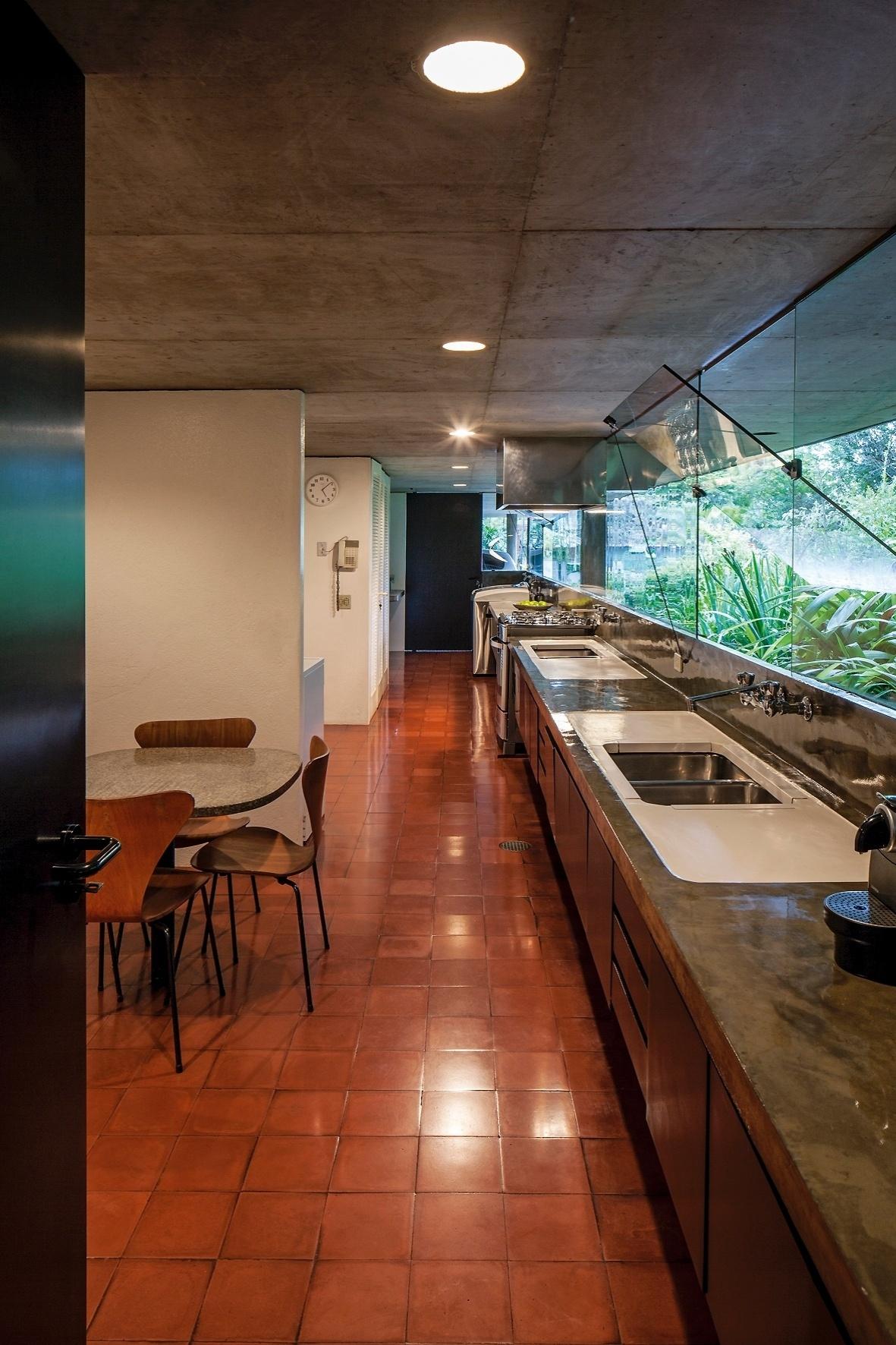 #783D24 de cozinha da Casa Milan. O espaço conta com fita de janelas  1032 Portas E Janelas De Aluminio Campo Grande Rj