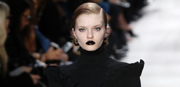 Modelo desfila com lábios pretos para a maison Dior, na Semana de Moda de Paris