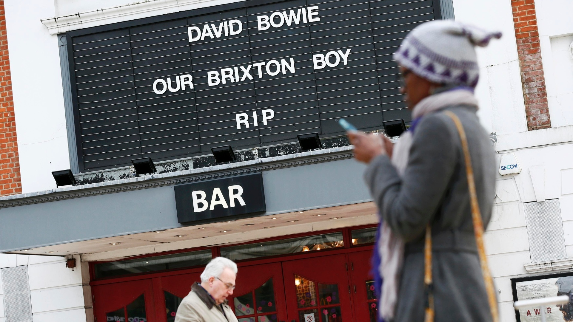 11.jan.2016 - Cinema em Brixton, sul de Londres, presta tributo a David Bowie