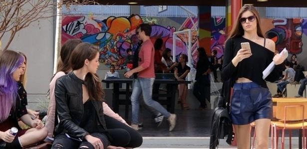 Angel (Camila Queiroz) chega de visual novo na escola e chama a atenção das colegas. Giovanna (Aghata Moreira) fica com inveja e diz que vai acabar com a graça da modelo