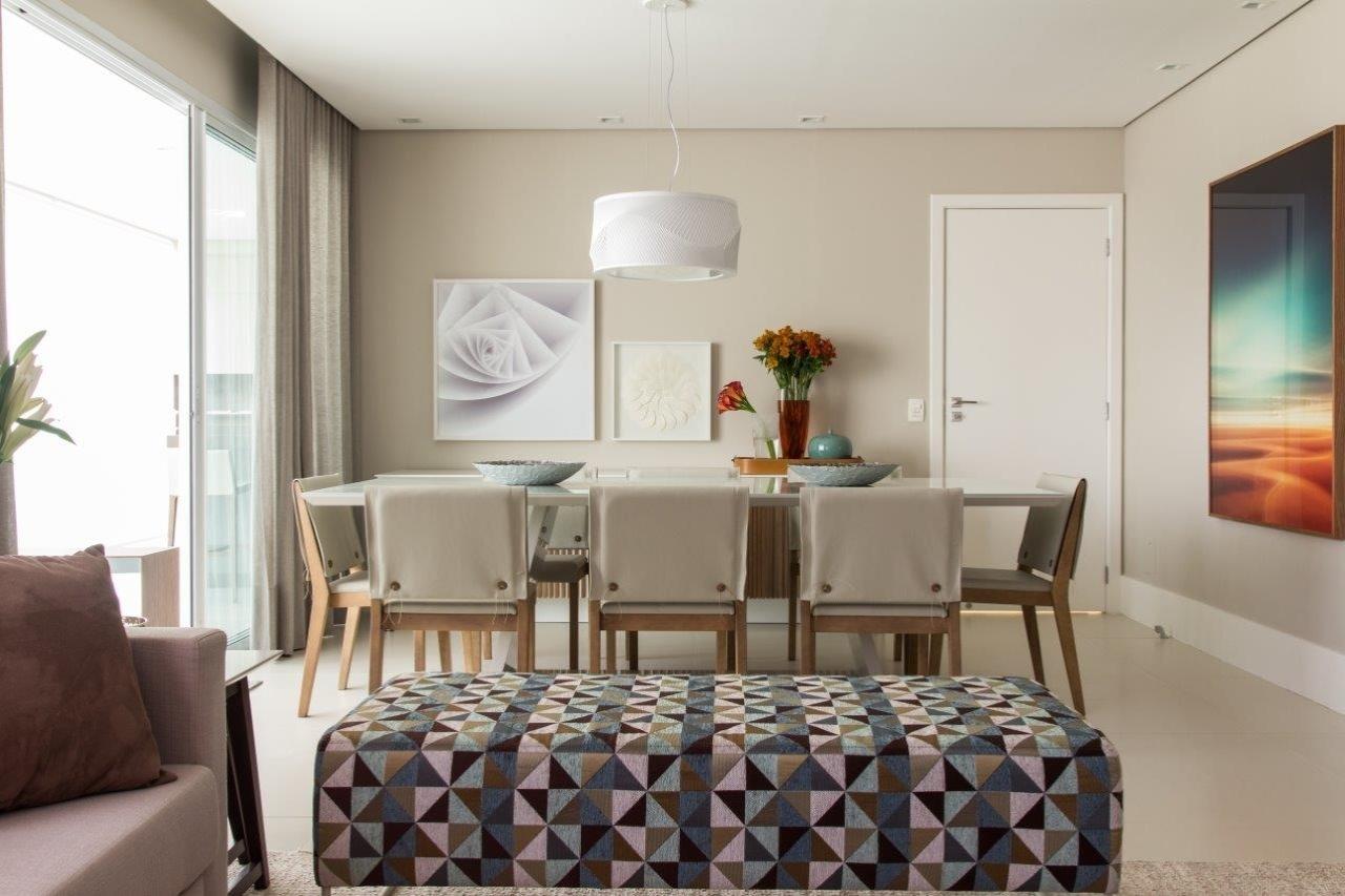 combinadas Às cadeiras com pés de madeira e encosto e assento de  #A1532A 1280x853