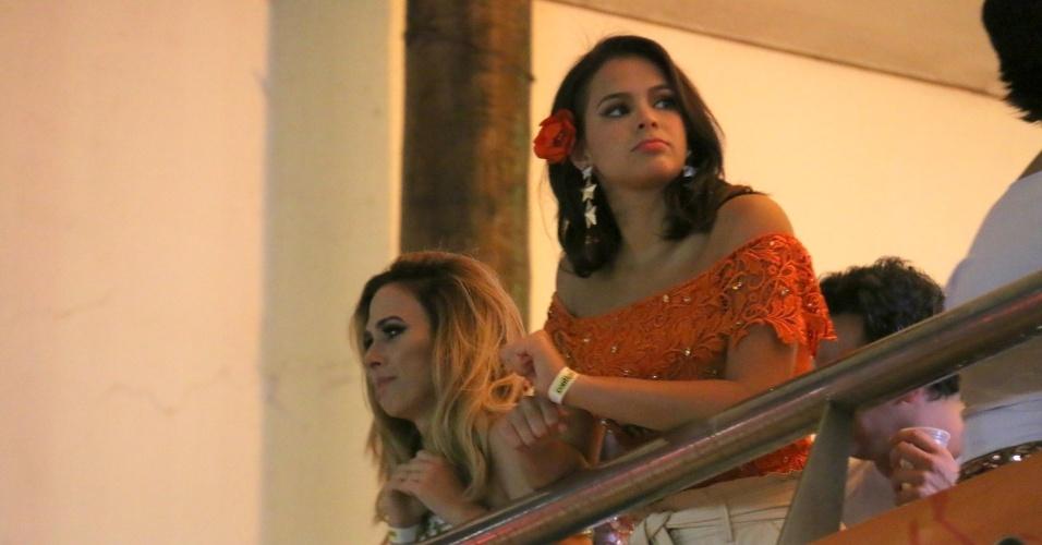 7.fev.2015 - Tatá Werneck e Bruna Marquezine observam os trios passarem no Camarote Contigo By Schin em Salvador