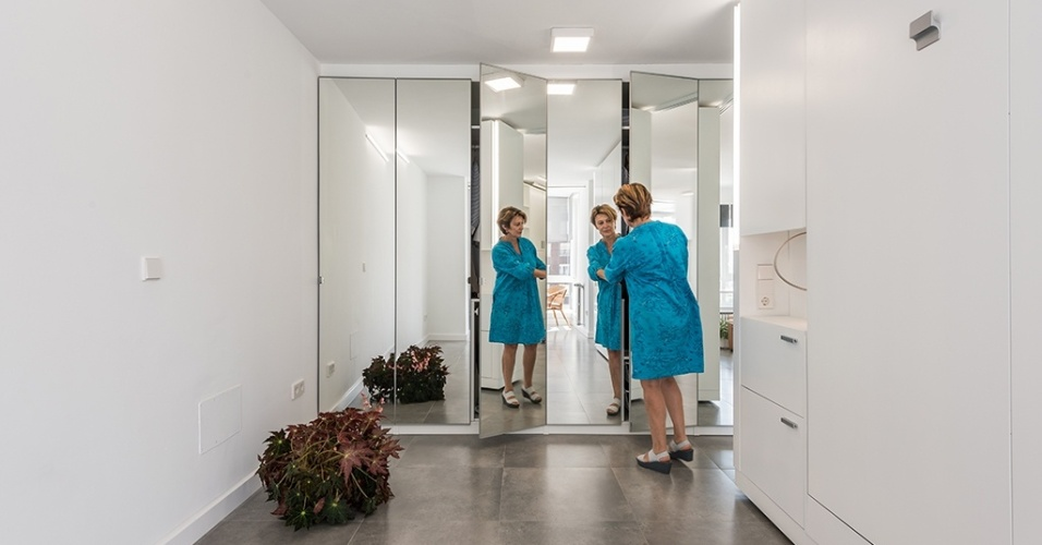 O projeto realizado pelos arquitetos do escritório PKMN buscou atender as necessidades dos moradores por espaços para armazenamento. Na foto, o closet do casal, com face espelhada