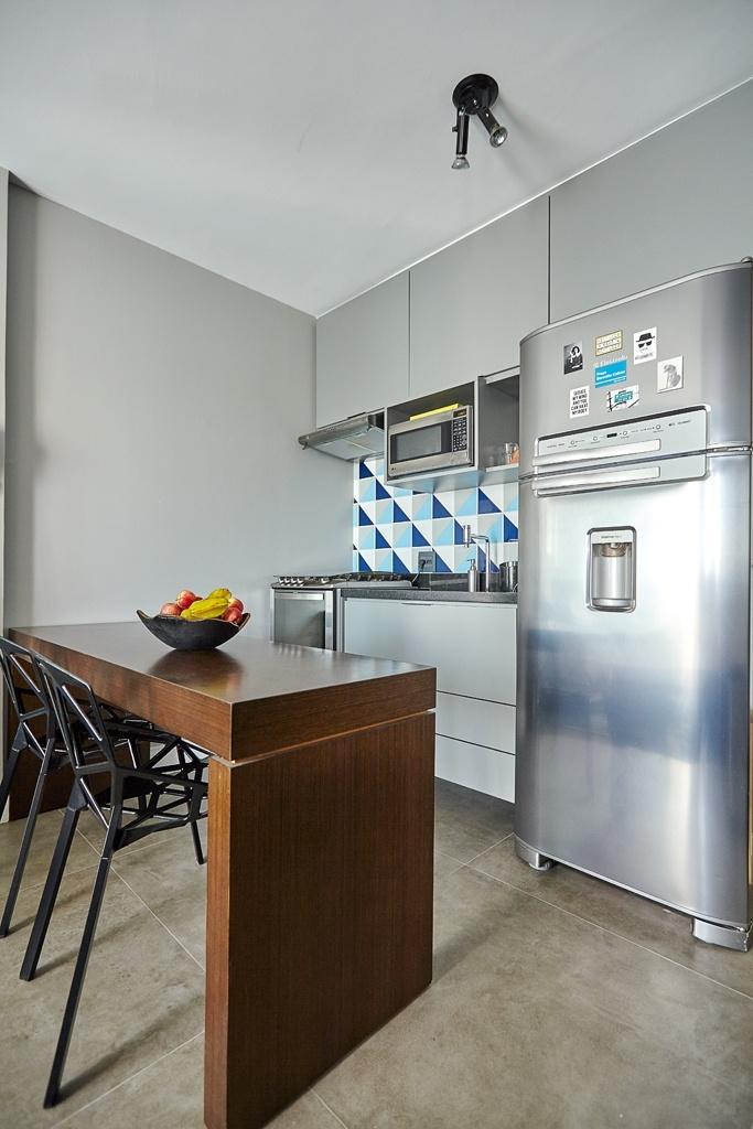 O estúdio em São Paulo mede 29 m² e foi reformado pelo escritório Notar Design. Na cozinha integrada, a bancada de madeira aquece o ambiente, é assistida pelas cadeiras One (assinadas pelo designer Konstantin Grcic) e, assim, funciona como mesa de jantar