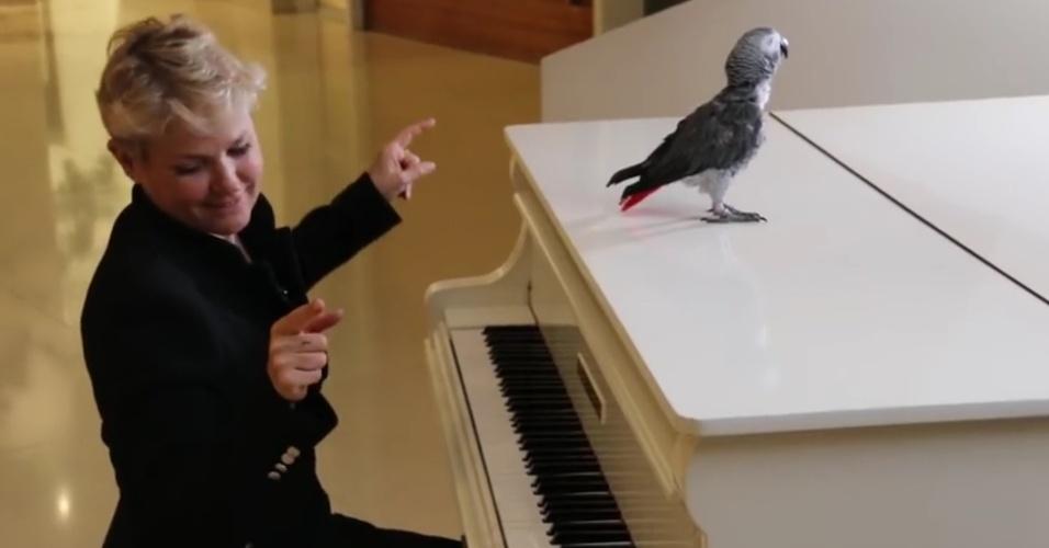 Xuxa em seu piano de cauda no primeiro vídeo do canal dela no Youtube