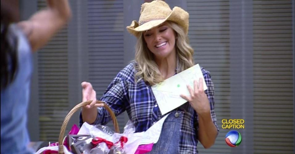 30.out.2015 - Além da carta de Rebeca, Tici trouxe chocolate para alegrar os peões