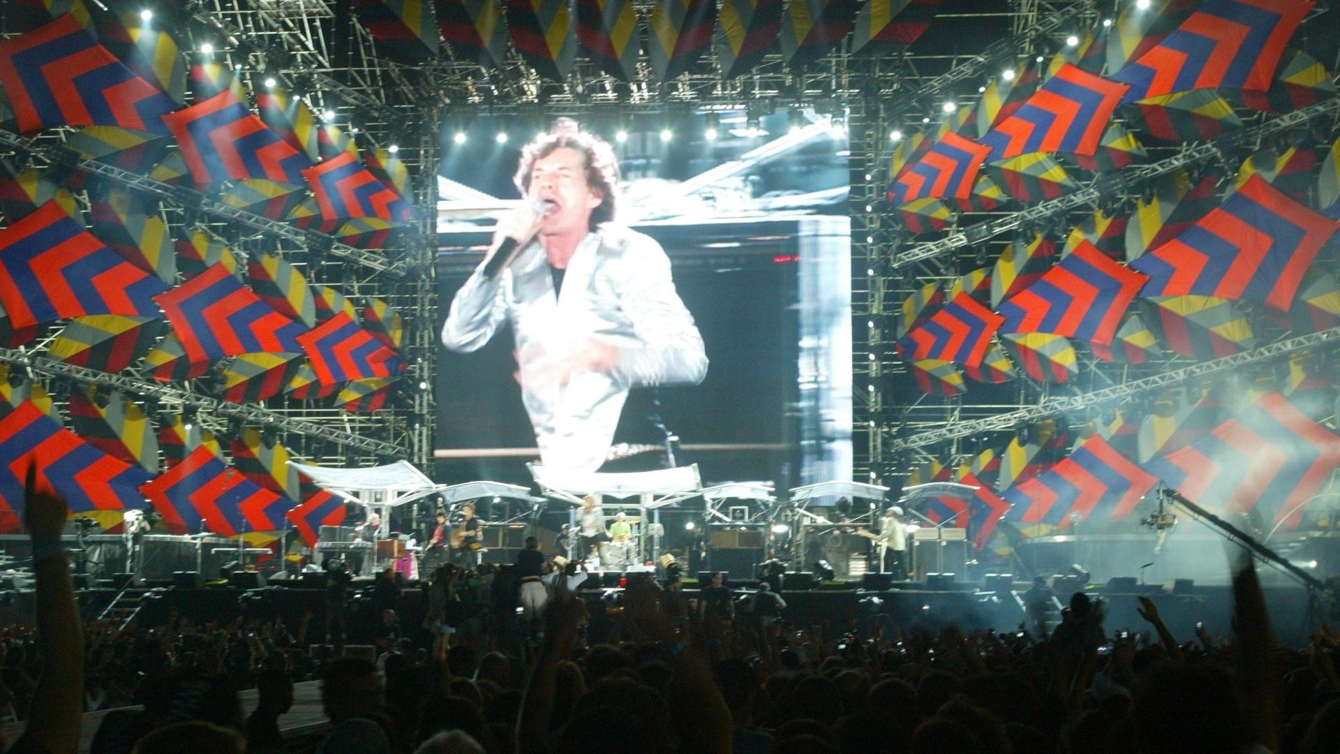 18.fev.2006 - Telão projeta o vocalista dos Rolling Stones, Mick Jagger, durante show na praia de Copacabana, no Rio de Janeiro