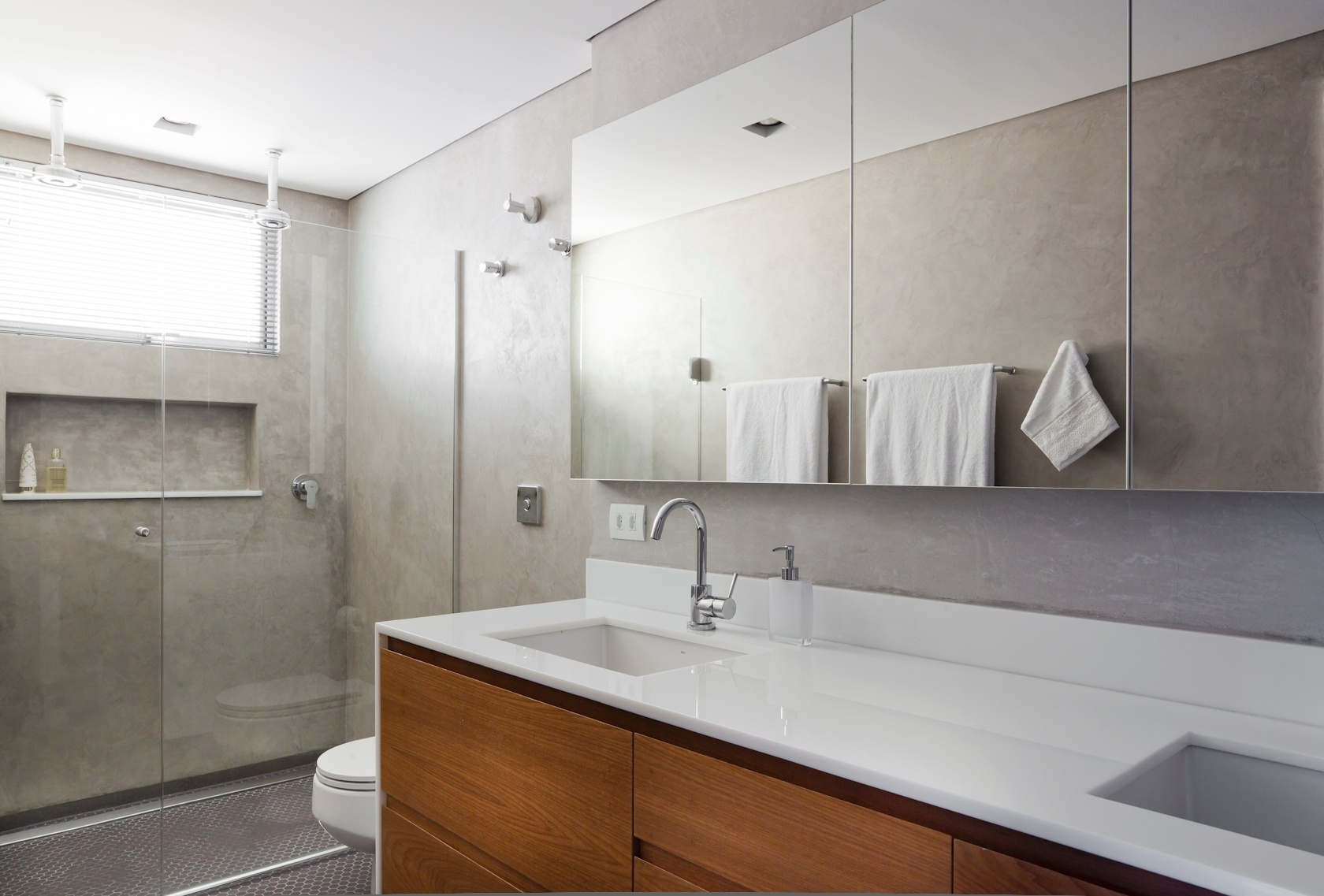 apartamento de 160 m2 no paraiso zona sul de sao paulo recebeu piso de  #6E4124 1680x1137 Banheiro Com Parede De Cimento Queimado