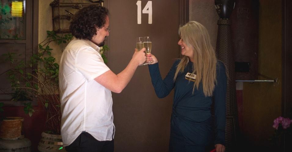 21.nov.2015- Luciana Yonekawa e Alberto Negrete comemoram noite na vila do Chaves com direito a champanhe. O concurso foi exclusivo para residentes do México, e Luciana mora no país desde 2012