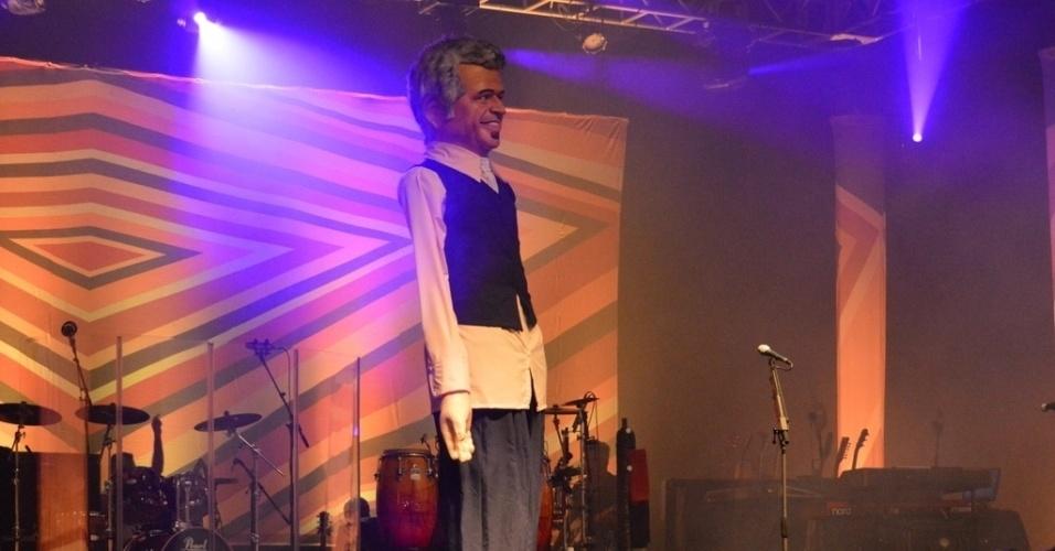"""24.mai.2013 - Lulu Santos se apresentou em Recife com o show """"Toca Lulu"""". O músico foi surpreendido com um boneco gigante seu no palco, feito por artistas pernambucanos"""