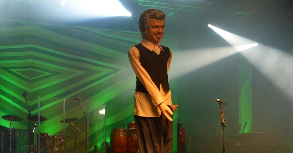 """24.mai.2013 - Lulu Santos se apresentou em Recife com o show """"Toca Lulu"""". O músico foi surpreendido com um boneco gigante seu no palco, feito pelo artista pernambucano Silvio Botelho"""