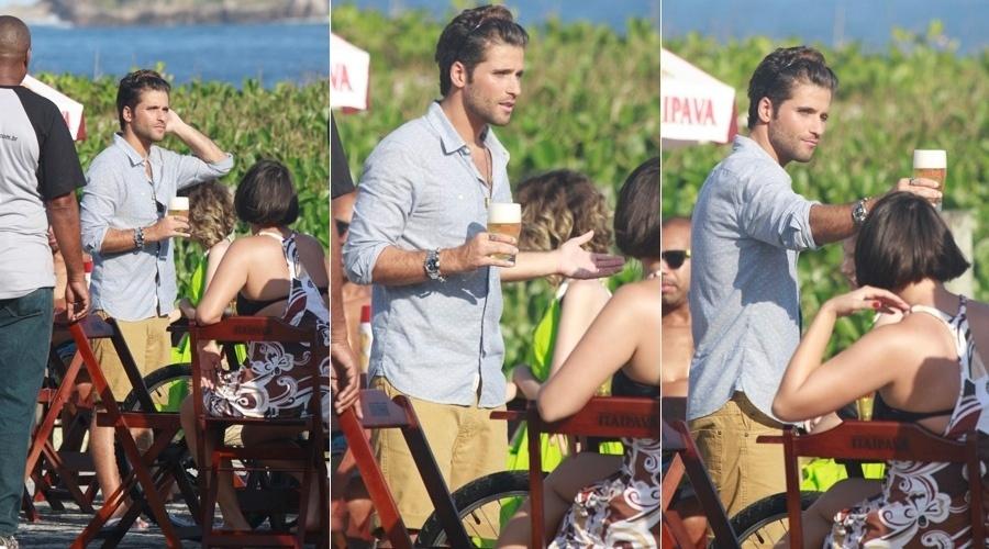 25.mai.2013 - Bruno Gagliasso gravou comercial para uma marca de cervejas na praia da Barra da Tijuca, zona oeste do Rio