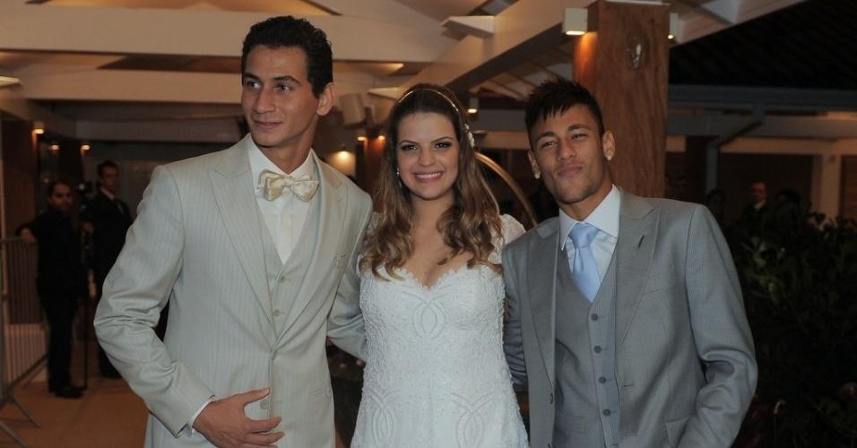 25.mai.2013 - O jogador Paulo Henrique Ganso e Giovanna Costi Gonçalves se casaram em Caraguatatuba, litoral de São Paulo. Neymar foi padrinho da união