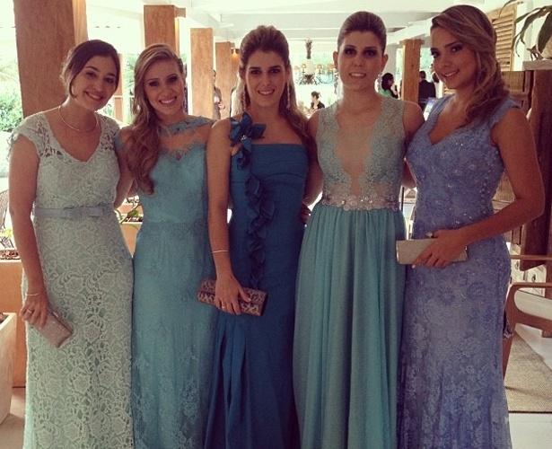 Carol Dantas (à dir), ex de Neymar, posa ao lado das outras madrinhas do casamento de Ganso