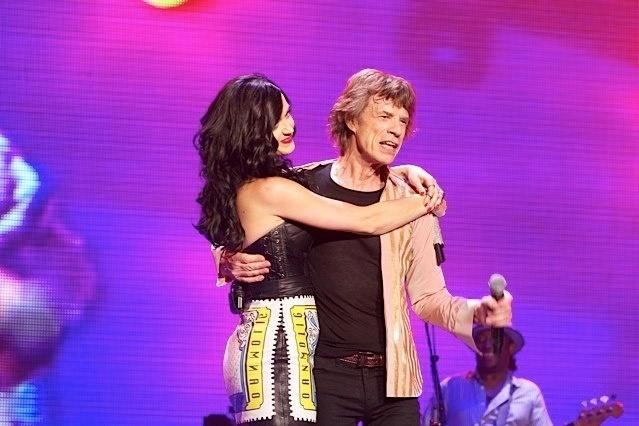 11.mai.2013 - Katy Perry abraça Mick Jagger em show do Rolling Stones em Las Vegas
