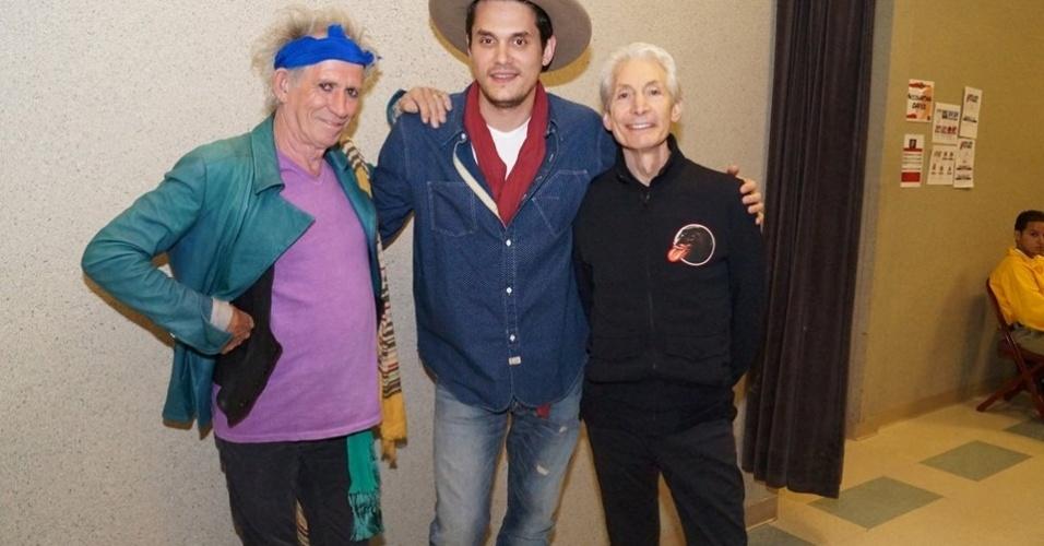 16.mai.2013 - O cantor John Mayer posa com Keith Richards (à esq) e Charlie Watts após tocar com o Rolling Stones em Anaheim, Califórnia