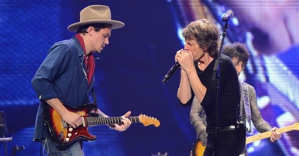 16.mai.2013 - O cantor John Mayer toca