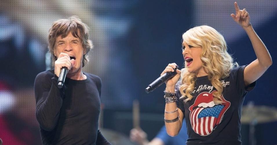25.mai.2013 - Carrie Underwood canta com Mick Jagger em show dos Rolling Stones no Canadá