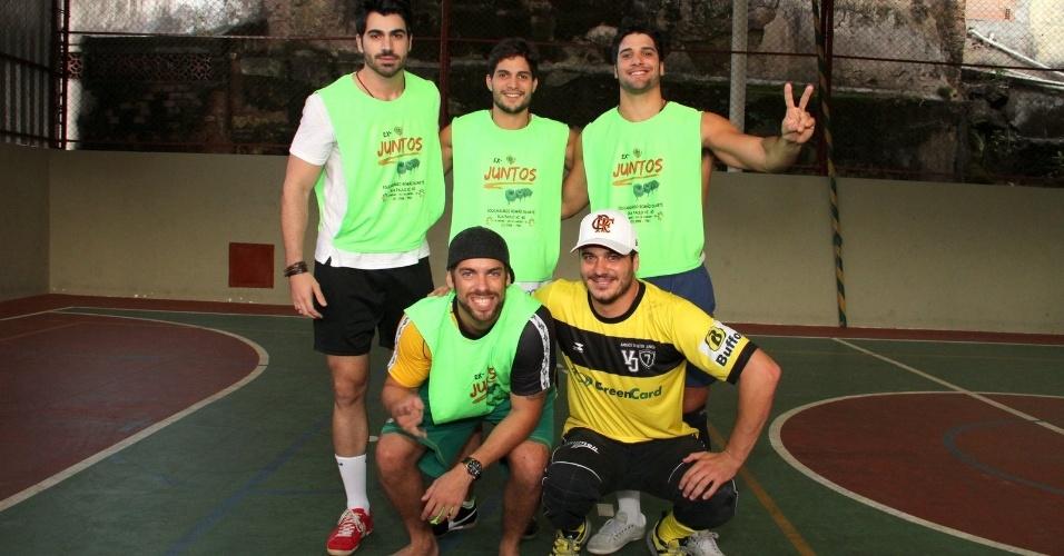 26.mai.2013 - Os ex-BBB's Rodrigão, André e Marcello (em pé), Mau Mau e Rafa (agachados) participaram de uma partida de futebol em prol a um orfanato do Rio