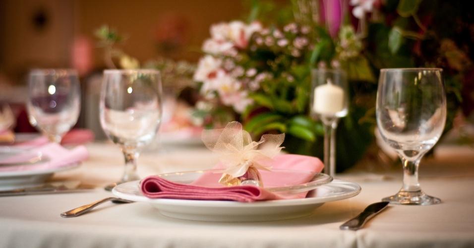 Decoração de mesa em branco, rosa claro e dourado