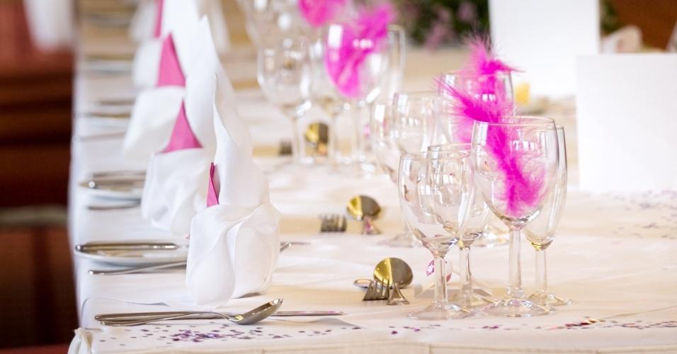 Taças decoradas com plumas pink