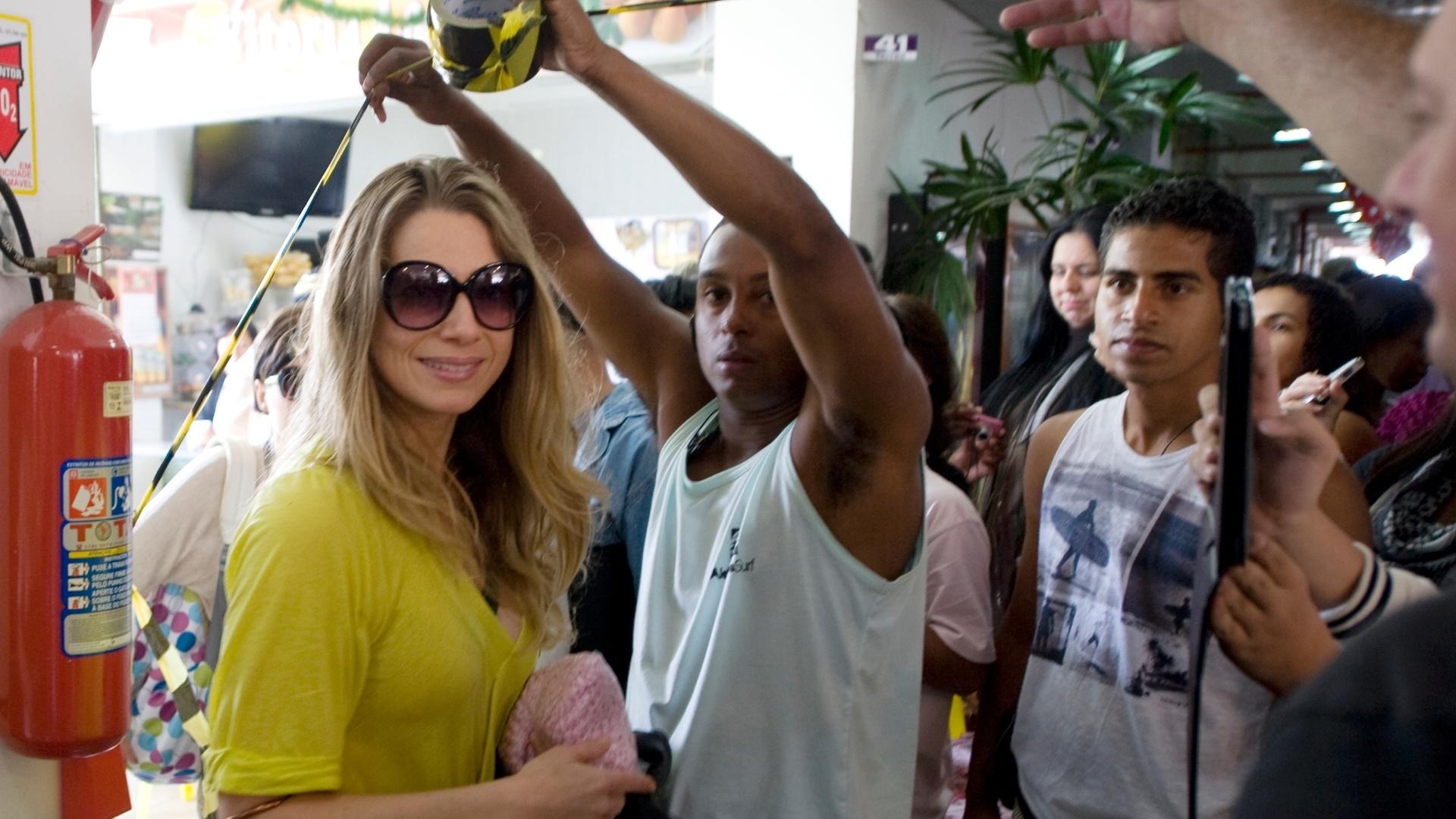 26.mai.2013 - A atriz Letícia Spiller chega para para a gravação das cenas finais do filme