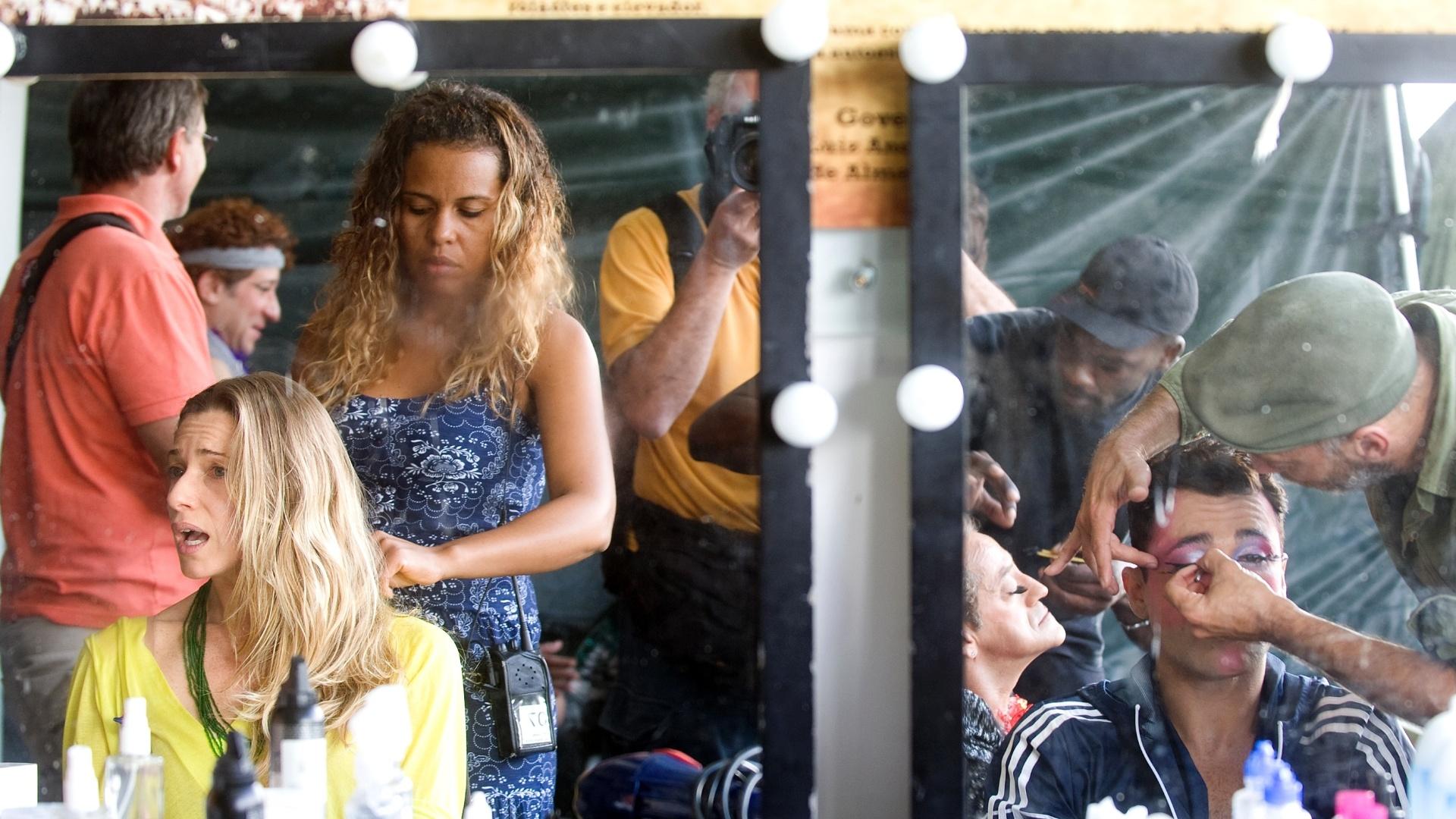 26.mai.2013 - A atriz Letícia Spiller conversa com o ator Rodrigo Sant'Anna (dir.) enquanto pe maquiada para viver a drag queen Rochanna nas filmagens de