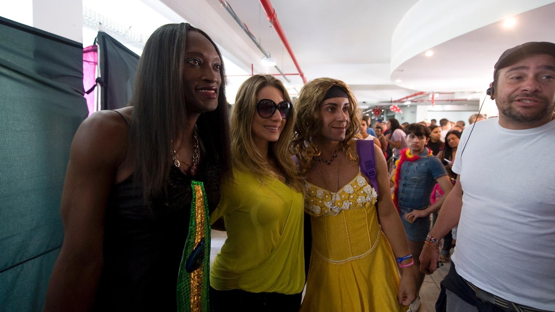 26.mai.2013 - A atriz Letícia Spiller posa com travestis antes de se preparar para a gravação das cenas finais do filme