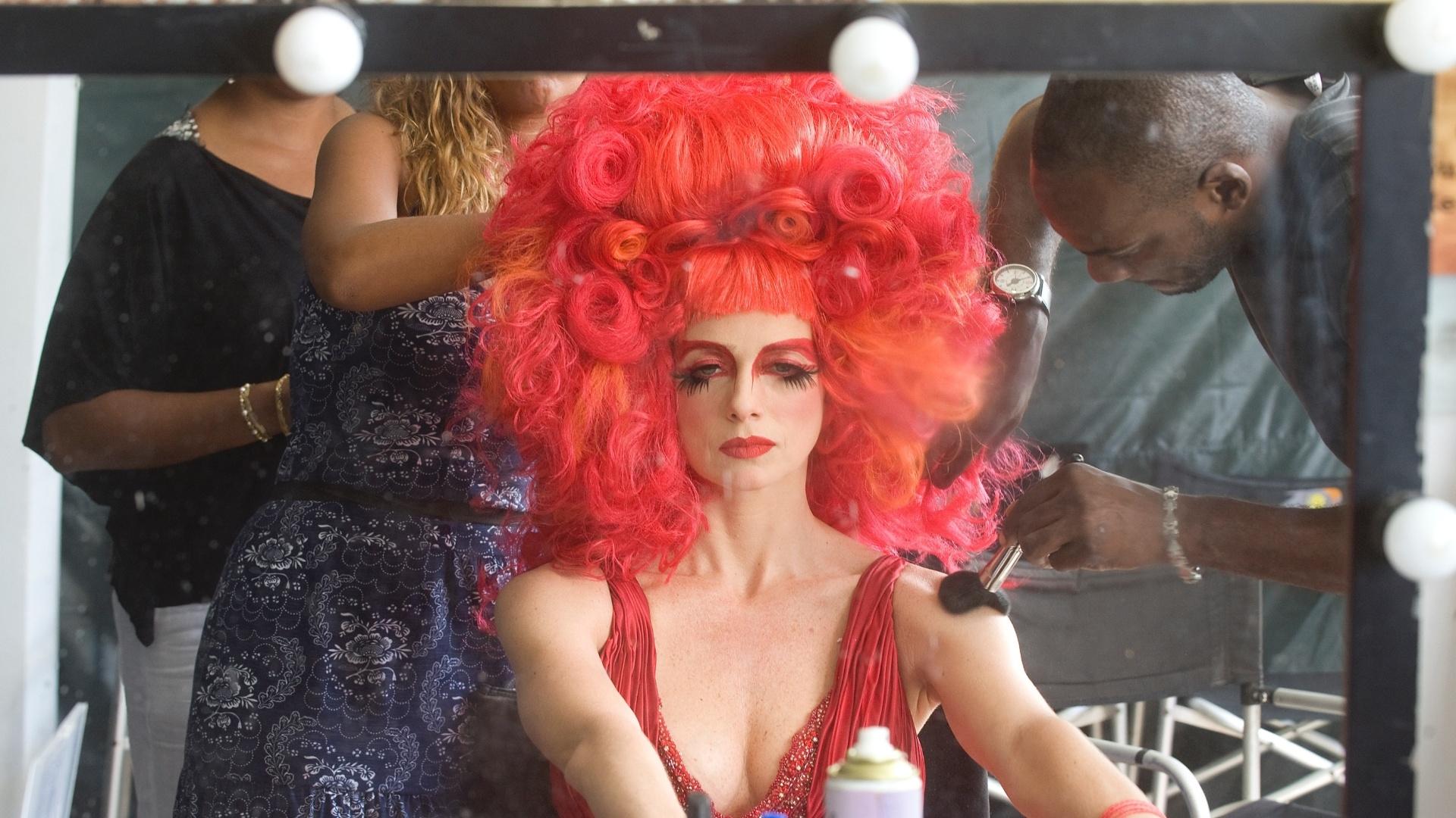 26.mai.2013 - Maquiador dá os toques finais na atriz Letícia Spiller, que interpreta a drag queen Rochanna no filme