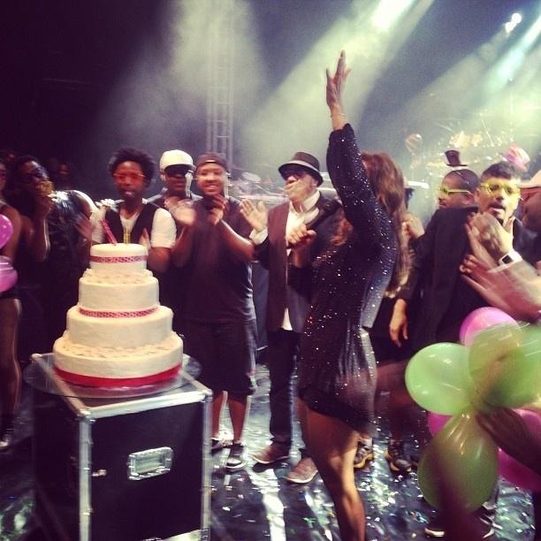 27.mai.2013 - Ivete Sangalo comemora seus 41 anos com bolo no palco de seu show em Manhuaçu, Minas Gerais.