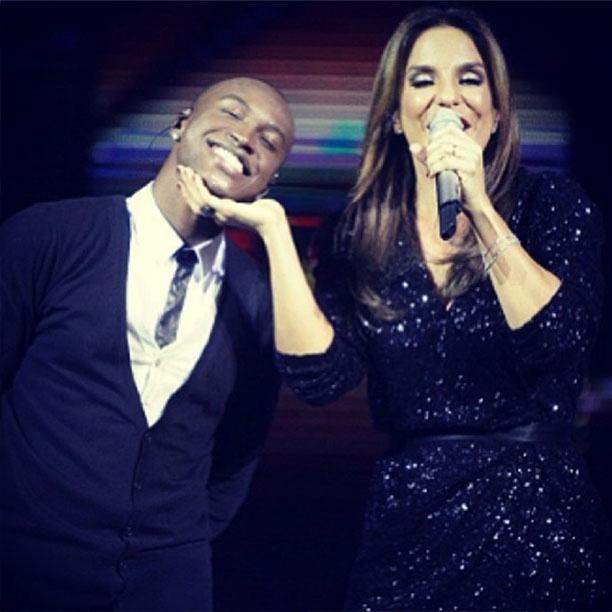 27.mai.2013 - Thiaguinho parabeniza Ivete Sangalo no aniversário de 41 anos da cantora.