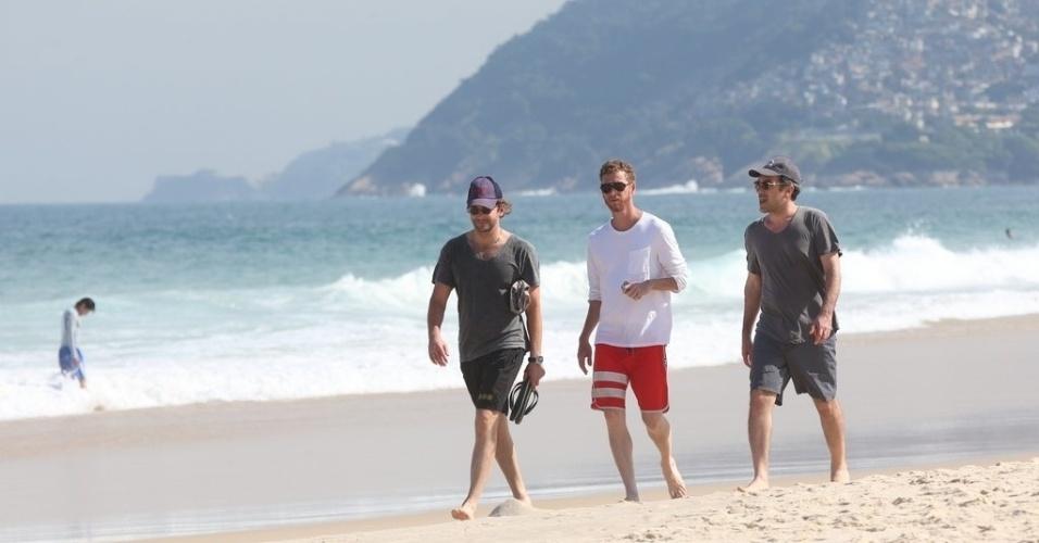 """28.ma.2013 - O diretor Todd Phillips (de camisa cinza) e o ator Bradley Cooper curtiram praia em Ipanema, na zona sul do Rio. Eles estão no Brasil para divulgar o filme """"Se Beber, Não Case Parte 3"""", que estreia dia 30 de maio"""