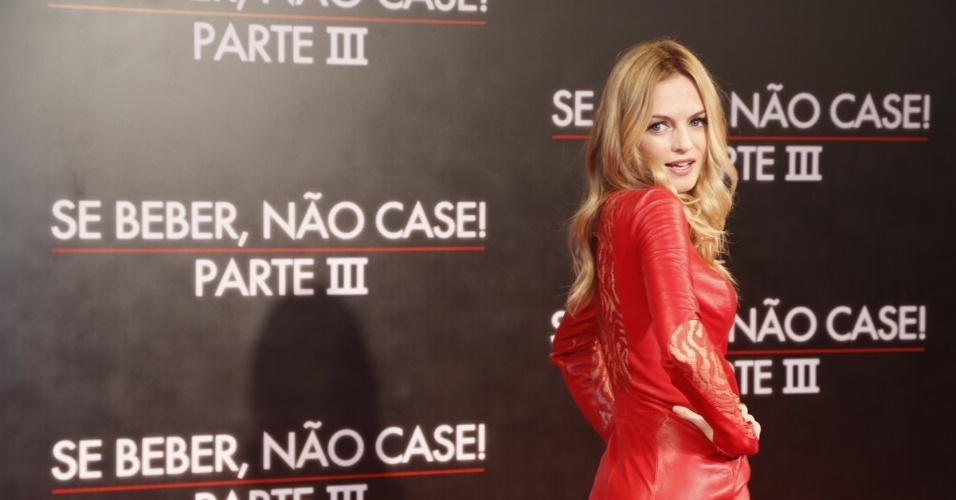 """28.mai.2013 - A atriz Heather Graham, de """"Se Beber, não Case"""", posa do tapete vermelho da pré-estreia realizada no Cine Odeon, no Rio"""